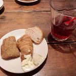 102535890 - 好きなパンと飲み物を。スプレッドのクリームチーズが最高マンです