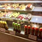 グルービー - ケーキの冷ケースに自家製ドレッシングも販売しています。