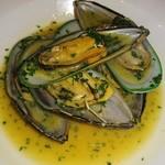 バルhachi - ムール貝の白ワイン蒸し