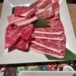 和牛焼肉食べ放題 肉屋の台所 - 最初の盛り合わせ
