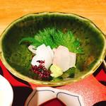 和食にしざき - お刺身(鯛、イカ) シソをめくると・・・