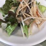 上海 - お代わり自由のサラダ