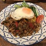 ワルン ジャムカレット - 料理写真:鶏肉のバジル炒めごはん