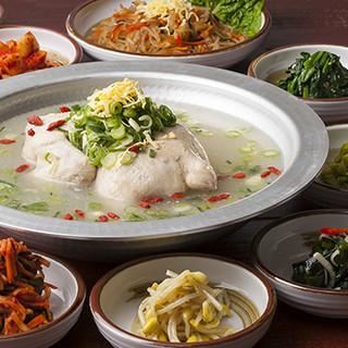 大阪の老舗【韓味一】の蔘鶏湯を、コースやアラカルトで味わう