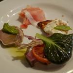 ミナミ - 前菜 天然ブリの炙り、ゴルゴンゾーラムースのブルスケッタ、豚舌のボッリート菜の花のムース添え、サンダニエール産生ハム