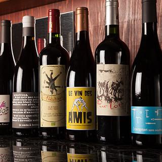 赤、白、オレンジなどの自然派ワインをグラスやボトルでどうぞ。