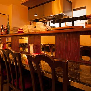路地裏に佇むパリの大衆食堂へ、気軽にお立ち寄りください。