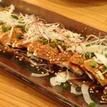 酔店 とーごー - ◆よだれ鶏(880円)・・中華風ではなく蒸した鶏肉に辛味だれがかけられています。 かなり辛いですが、ツマミにいいですね。