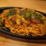 酔店 とーごー - ◆チャポリタン(680円)・・ちゃんぽん麺をナポリタン風にお味付した品。 ソーセージやピーマン、玉ねぎなどが入り懐かしい味わい。
