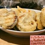 ファリナモーレ - アルケッチャノの山羊の肉とトマトとナスのパスタフリット