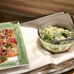 ファリナモーレ - イカと鱈の子と水菜のサラダ(右)