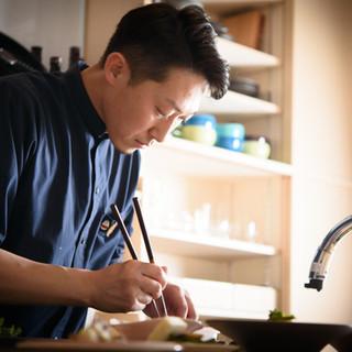 和食を中心としたお店で修業した店主。若くして才能を認められる