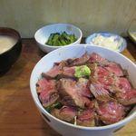 102644496 - 和牛ステーキ丼950円。お肉が柔らかい!