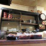 102644499 - いい雰囲気の小料理のお店。カウンターからの眺め。