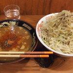 自家製太麺 ドカ盛 マッチョ - 中盛り、野菜のみマシです。