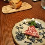 オマッジオ ダ コニシ - 食前の小さな1皿→ソプレッサ。  生ハムとサラミの間のような食感。 乳酸菌発酵の旨みが好み!