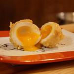 創作天ぷらと炭焼きワイン はかたあゆむ - 名物の金太郎卵。