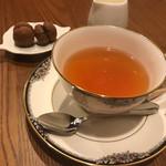 オマッジオ ダ コニシ - 紅茶と小菓子。ヘーゼルナッツパウダーを 使った香りの良いお菓子でした