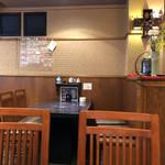 炭火焼肉 明翠園 - 店内のテーブル席