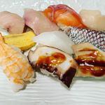 魚心 本店 - 10貫のにぎり寿司。