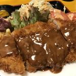 神戸一 - デミグラスソースの掛かった大きなとんかつに、たっぷりの野菜サラダ、マカロニサラダまで付いています(2019.2.26)