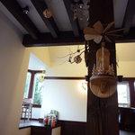 カフェ ティッペル - 出窓にもテーブルがあります!