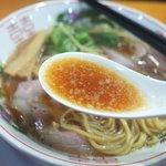 丸岡商店 - スープは鶏ガラ豚骨ベースの醤油味。
