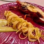 102676626 - 魚介の出汁でじっくり煮込んだマンチーニ社のスパゲッティ ピスタチオのソース 備長炭炭火焼の伊勢エビとともに