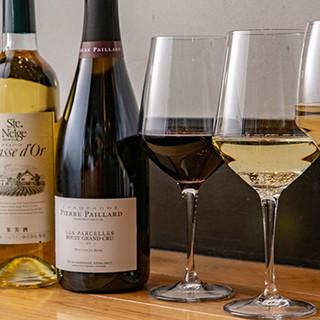 お料理の味を引き立てる厳選したワインや日本酒をお楽しみあれ。