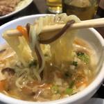 台湾MACHI - 酸辣湯麺の麺リフト