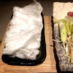 102702296 - 綿菓子を鍋に入れます。