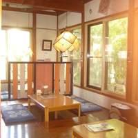 なかまっこ - 大きな窓からお庭が眺められる、落ち着く店内。ライトはマスターの手作り。