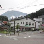 やおとく食堂 - 妙駅高原前にあります。背後に黒姫山。
