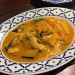 ガムランディー - 茄子と豚肉のレッドカレー炒め物