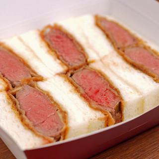 大阪名物!ジューシーな肉汁が広がる厚切り牛カツサンド