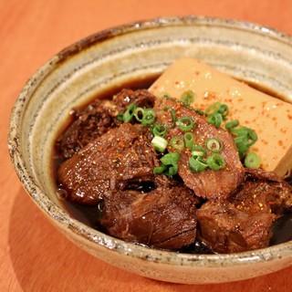 看板メニューの【肉豆腐】を始め、様々なお料理を。