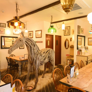 巨大木馬が出迎えてくれる、居心地の良いお洒落空間