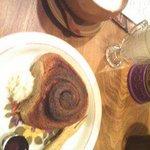 カフェ パラン - シナモンロールとラテ