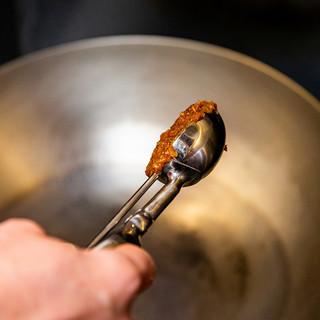 3種の味噌と9種のスパイスを使ったコクのある味噌ダレ
