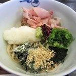 しば多 - おろし蕎麦は俗に言うぶっかけ蕎麦、大根おろし、海苔、カツオ節、葱、胡麻がトッピングされてるんで色も鮮やかです。