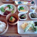 カントリーロード - 限定1日30食・RCランチ・ドリンク付き1200円。野菜とお米は全部自家製もしくはご近所でとれた食材だそうです。