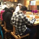 ふたば製麺 - 厨房を囲むカウンター席。2ヶ所あります。