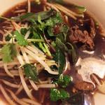 バーンチェン - イサーン麺¥750   タイの醤油ベースのスープが独特の香辛料の香り、牛スネ肉と生のホーリーバジルのハーモニーが最高。酢と唐辛子で味変