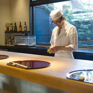 豊かな経験と円熟の技で当店を支える料理長・野村亮士朗