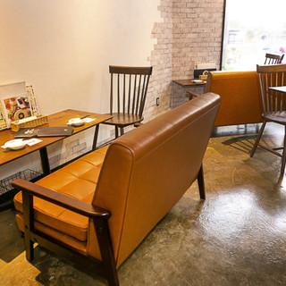 二人で楽しめるソファー席&パーティーOKなテーブル席