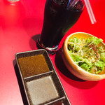トラヤ - ランチのドリンク、タレ、サラダ