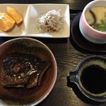 和が家 - 料理写真:特撰海鮮丼、鰤の煮付け、付き出し、茶碗蒸し