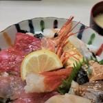 102805730 - 海鮮丼。