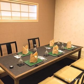 個室には上品な琉球畳を使用。落ち着いた和室をご用意