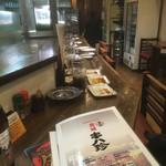 102818739 - 店内はカウンターとテーブル席。